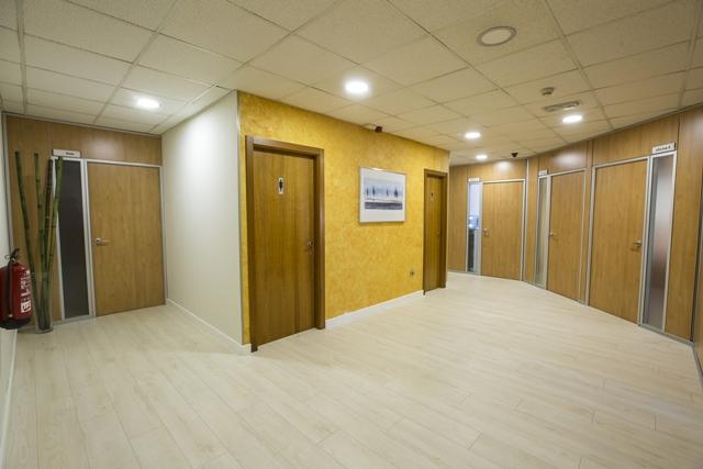centro-de-negocios-alquier-oficinas-pasillo-baños